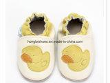 Siuのベージュ編まれた赤ん坊靴