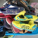 Самые лучшие ботинки спортов Qualtiy дешево оптовые используемые для африканского рынка (FCD-005)