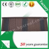 平屋根材料の石によって塗られる金属の屋根瓦を着色しなさい