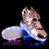 25-37サイズLEDはからかう翼、偶然の男の子の女の子の明るいスニーカーが付いている靴をつく