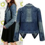 Le donne di modo dimagriscono il rivestimento esterno di usura esterna del cappotto dei jeans del denim