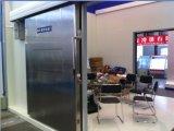 Chambre froide commerciale d'entreposage au froid de restaurant, promenade dans le réfrigérateur, pièce de congélateur avec le panneau d'unité centrale