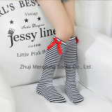 Alta calza del ginocchio con l'arco per usura delle ragazze