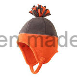 編む球が付いている冬によって編まれる北極の羊毛の帽子か帽子