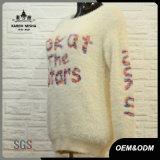 女性の文字の白く暖かい冬のセーター