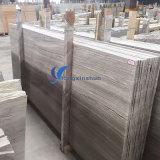 磨かれた薄い灰色の木製の大理石のタイル