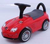 Os miúdos Mercedes licenciada montam no pé do carro para pavimentar
