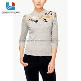 刺繍が付いている女性灰色の編まれた衣服