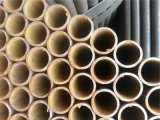 塗られた黒い斜めの端の鉄の管