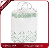 Clients verts de l'aurore empaquetant des sacs en papier bourrant des sacs en papier