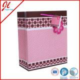Forma que envolve o presente da compra que embala o saco de papel floral com corda