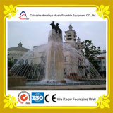 Круглый фонтан воды танцы пруда с каменной статуей штендера