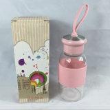 Il migliore vetro riutilizzabile di vendita mette in mostra la bottiglia di acqua con il manicotto del silicone