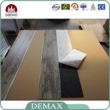 Le mattonelle di pavimento antisdrucciolevoli della stanza da bagno slacciano la pavimentazione del vinile di disposizione