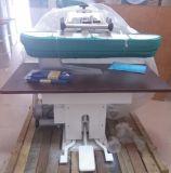 商業洗濯の店のアイロンをかける押す機械