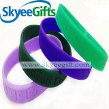 Incandescenza nei braccialetti scuri del silicone