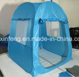 Im Freien oben kampierendes Zelt knallen