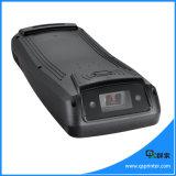 Terminale senza fili tenuto in mano di pagamento di Andorid con lo scanner del codice a barre