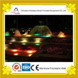 Fonte de água do jardim com luzes coloridas do diodo emissor de luz para a decoração