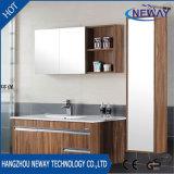 Vaidade de madeira fixada na parede do banho do projeto novo com gabinete do espelho