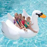 夏浜のおかしいフラミンゴの白鳥の巨大で膨脹可能なプールの浮遊物