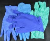 O estoque e quentes vendidos para luvas descartáveis do nitrilo da cor roxa, pulverizam livre