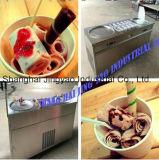 冷たい石造りの大理石の平板の上の揚げ物のアイスクリーム機械