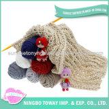 L'hiver en gros tricotant à la main l'écharpe de laines de mode de polyester