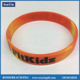 Torsion-umsponnenes Link-Silikon-Kettenarmbänder mit gedrucktem Firmenzeichen