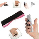 Riemen greift Halter für Telefon mit dem Finger