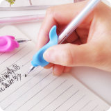 Новые сжатия карандаша силикона конструкции для детей писать коррекцию столба