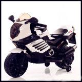 Paseo en la motocicleta eléctrica para los cabritos