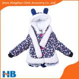 Bambini di modo di inverno che coprono i cappotti delle ragazze con la sciarpa