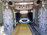 Сушильщик чистит машину щеткой мытья автомобиля