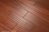 Main antique grattant l'étage en bois réel normal
