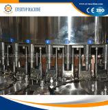 Botella del animal doméstico que bebe la máquina de rellenar del agua mineral