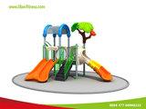 Fertigung scherzt im Freienpark-Spielplatz