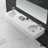 現代浴室の家具の人工的な石造りのテーブルの上の洗面器