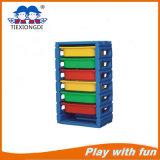 棚を分類する幼稚園の家具のおもちゃ