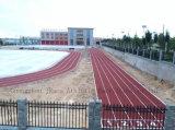 Verser complètement la piste d'athlétisme d'EPDM apprêtant pour la cour de jeu professionnelle