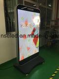 Hoher Auflösung-Fußboden, der den interaktiven DigitalSignage LED bekanntmacht Bildschirmanzeige steht