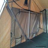 fuori dalla tenda della parte superiore del tetto dell'automobile di avventura della strada per accamparsi