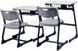 Mesa moderna da escola com a cadeira do PE para estudantes