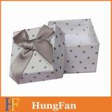 Caixa do pacote da jóia com borboleta da fita