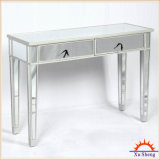 型の反射は銀製木が付いているコンソールテーブルを映した