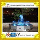 Petite fontaine d'eau extérieure avec la sculpture dans le jardin