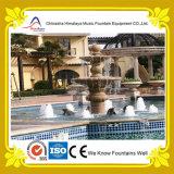 Kleiner im Freienwasser-Brunnen mit Skulptur im Garten