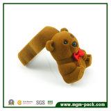 Nette Bären-Art, die Schmucksache-Geschenk-Kasten sich schart
