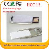 Deslizando a mini memória Flash Pendrive do USB com logotipo feito sob encomenda para a promoção