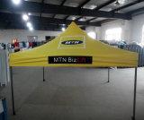 خارجيّة يطوي خيمة مع عالة طباعة